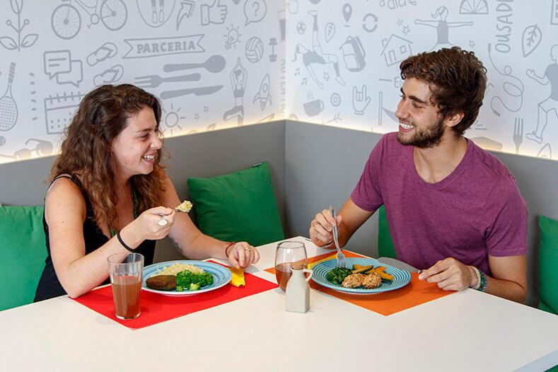 Amigos em uma mesa, almoçando e dando risadas