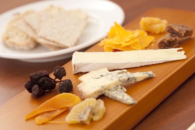 tábua com queijos e frutas secas