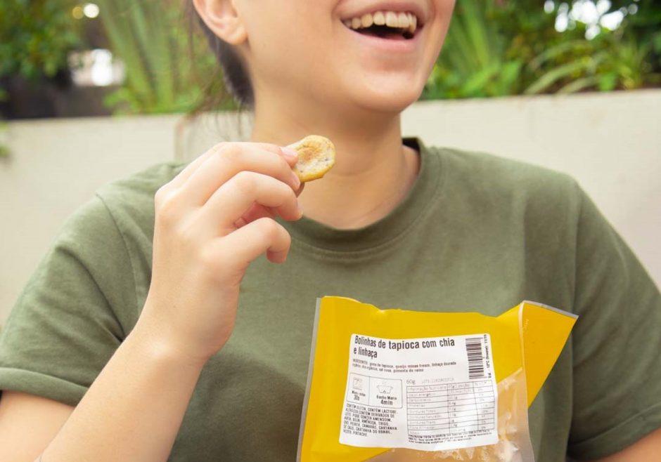 pessoa comendo bolinhas de tapioca com chia da Liv Up