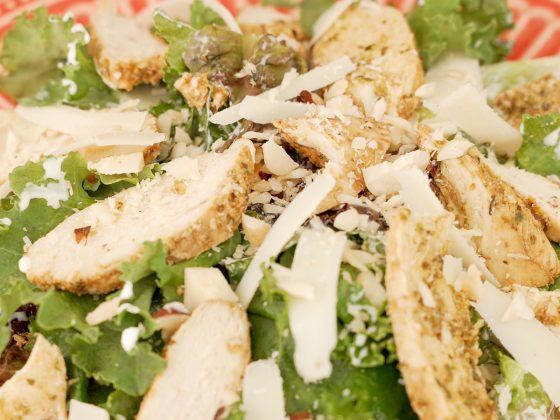 salada de frango com molho de iogurte