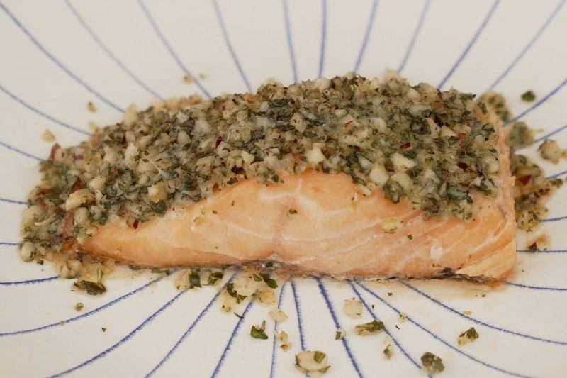 salmão com crosta de pesto