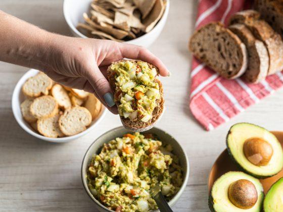 receita de avocado toast na mesa