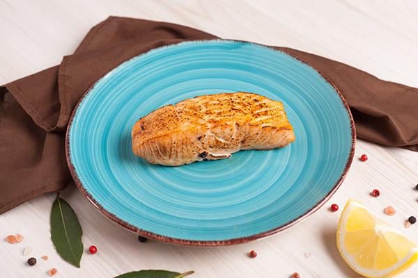 salmão assado que é um dos alimentos ricos em vitamina d