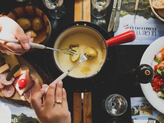 o que comer com fondue de queijo