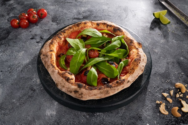 pizza napolitana em cima da mesa