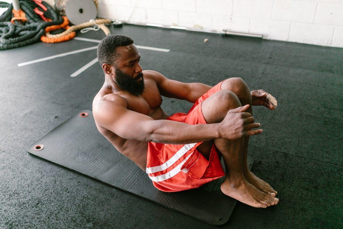 homem mostrando exemplos de atividade física