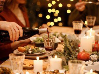 comidas de natal em uma mesa posta